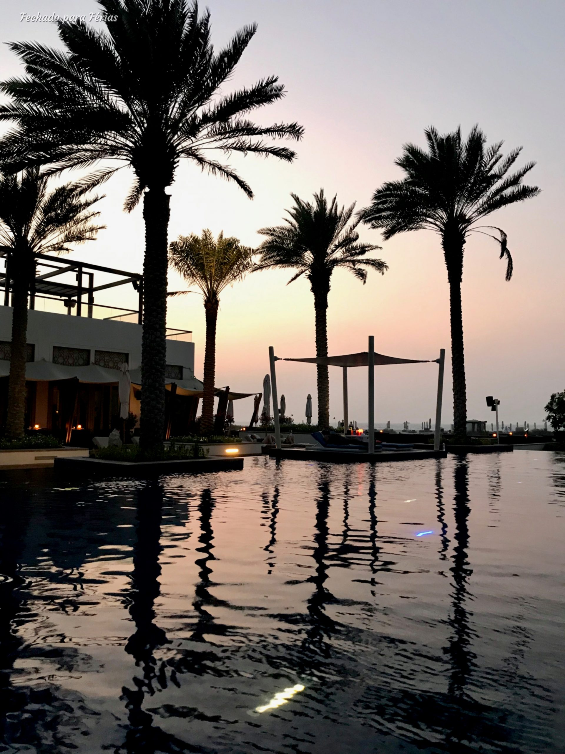A zona da piscina do Park Hyatt Abu Dhabi ao pôr-do-sol